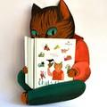 """Porte-album permettant de présenter le livre """"Chats rimés"""" au sein de l'exposition - carton peint en bas relief."""