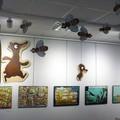 Mise en place de la scénographie aérienne, ruche et abeilles au milieu de l'exposition - Médiathèque Saint-Marc de Brest (29)