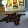 Silhouette de Papa Ours en état d'hibernation - Tapis de sol de 4m (L) x 2,50m (l) permettant d'accueillir les groupes d'enfants - Médiathèque Saint-Marc de Brest (29)