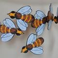 """Décors aériens, à suspendre en l'air au-dessus de l'espace d'exposition à proximité de la ruche et des originaux de """"Une chanson d'ours"""", ou à disposer au fil de la présentation des cadres."""