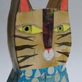 Portrait du chat tigré au chemisier bleu et gouttes d'eau.