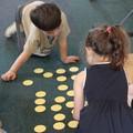 Enfants jouant au memory à la Médiathèque de Caluire et Cuire (69)